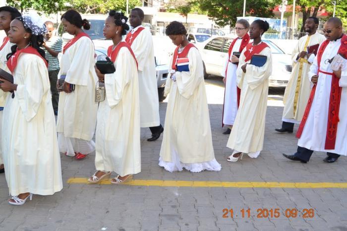 Msaidizi wa Askofu Mch. Chediel Lwiza, Mch. Prudence Chuwa, Mch. Kiongozi Charles Mzinga na watoto wakiingia ibadani kwa<br />maadamano